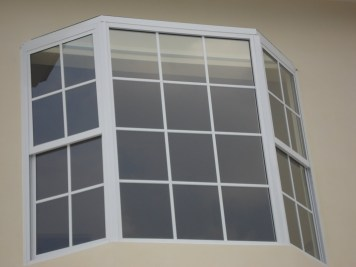 BAY%20WINDOW%20-%20ALUMINIO%20BLANCO%20CON%20RETÍCULA%20Y%20GUILLOTINA-