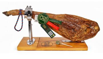 El jamón en su proceso de elaboración por fermentación de diversas levaduras se libera el glutamato de las proteinas y le proporciona su sabor característico