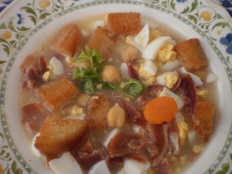 Cuando se hace sopa, las proteínas se hidrolizan parcialmente liberando sus aminoácidos y entre ellos el ácido glutámico